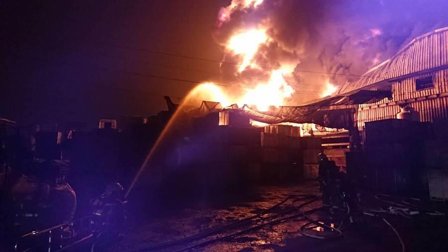 彰化埔心一家橡膠工廠凌晨發生火警,工廠陷入一片火海。(謝瓊雲翻攝)