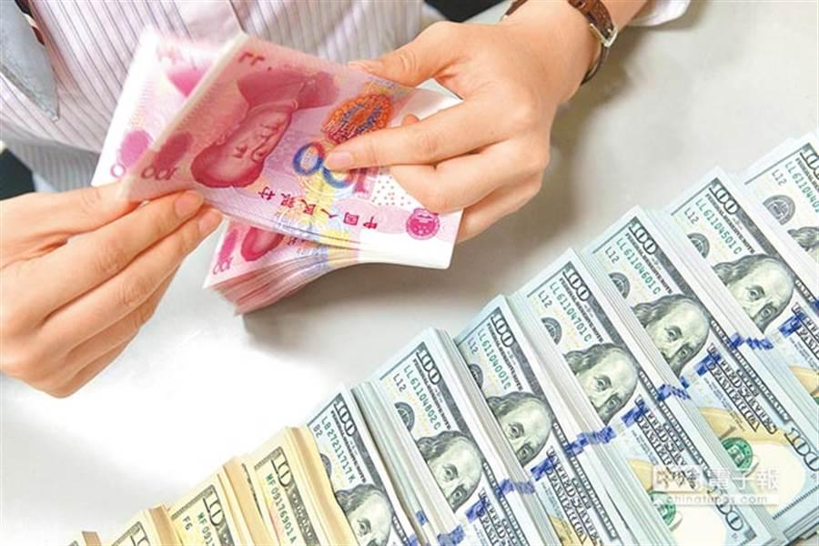 人民幣在岸價、離岸價雙雙破7大關。(中新社資料照片)