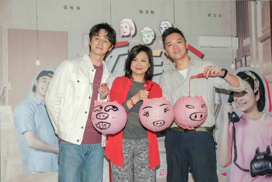 張軒睿(左起)、楊貴媚、SOAC以《阮三个》入圍「益智及實境節目主持人獎」。(盧禕祺攝)