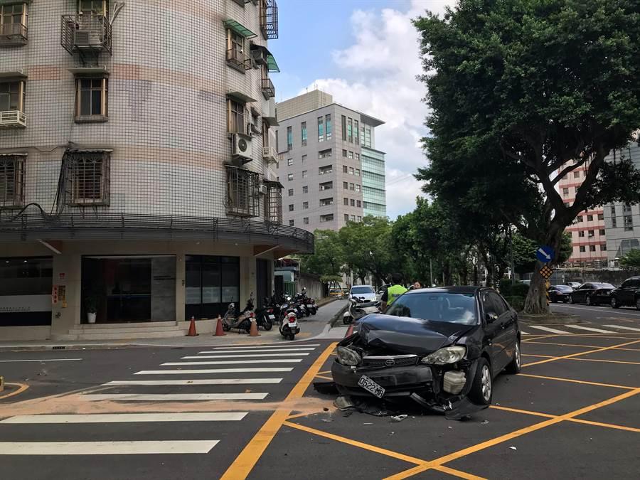 三重區一輛白色逆向汽車行經三寧路與黑色自小客車對撞,被撞的黑車車頭幾乎全毀,白車則因強力撞擊彈飛到中央分隔島(戴上容攝)