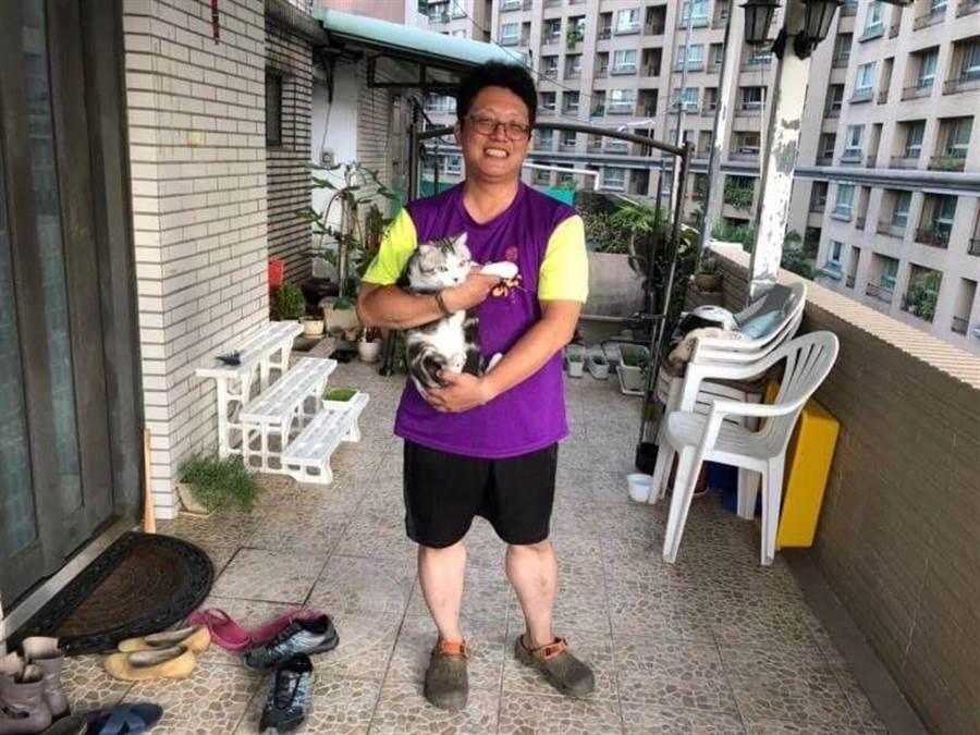 新北市中和警分局積穗派出所警員王月堂、楊誠遠協助受困的貓咪脫困。(葉書宏翻攝)