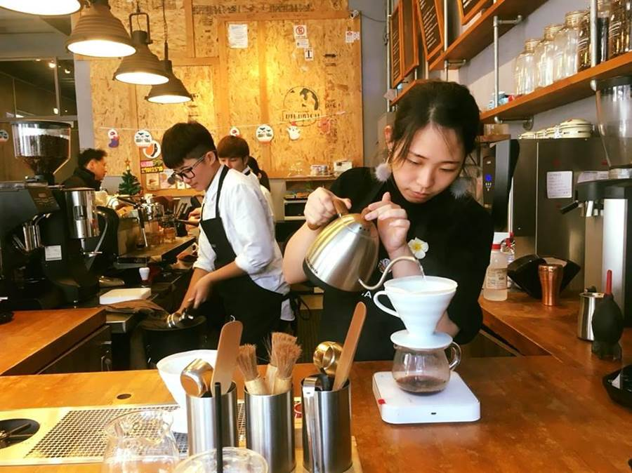 路易莎要傳達一種「生活文化」,強調平價也能喝到好咖啡,且站在消費者立場思考,進一步提供多元服務。(圖/翻攝自路易莎輔大門市臉書)