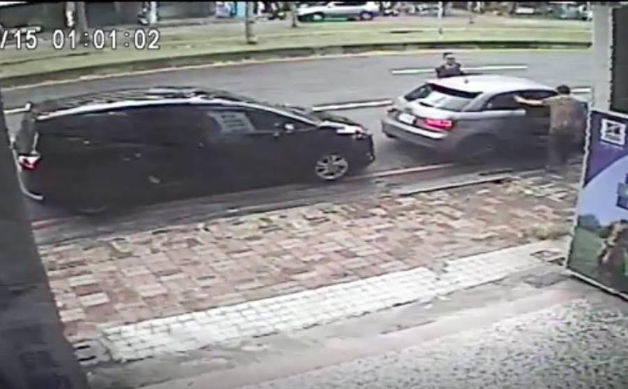 廖姓男子和同夥假裝問路,一左一右包圍潘姓珠寶商座車,其中一人還亮槍意圖行搶。(袁庭堯翻攝)