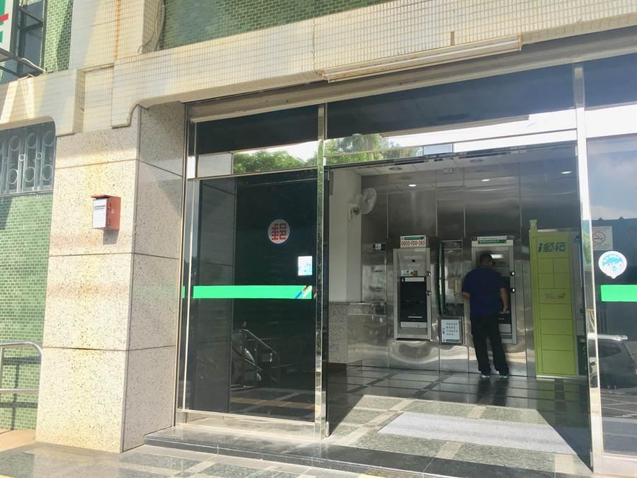 一名外籍移工的提款卡被ATM吃卡,台中市政府警察局第六分局工業區派出所員警協助排除吃卡意外。(盧金足翻攝)