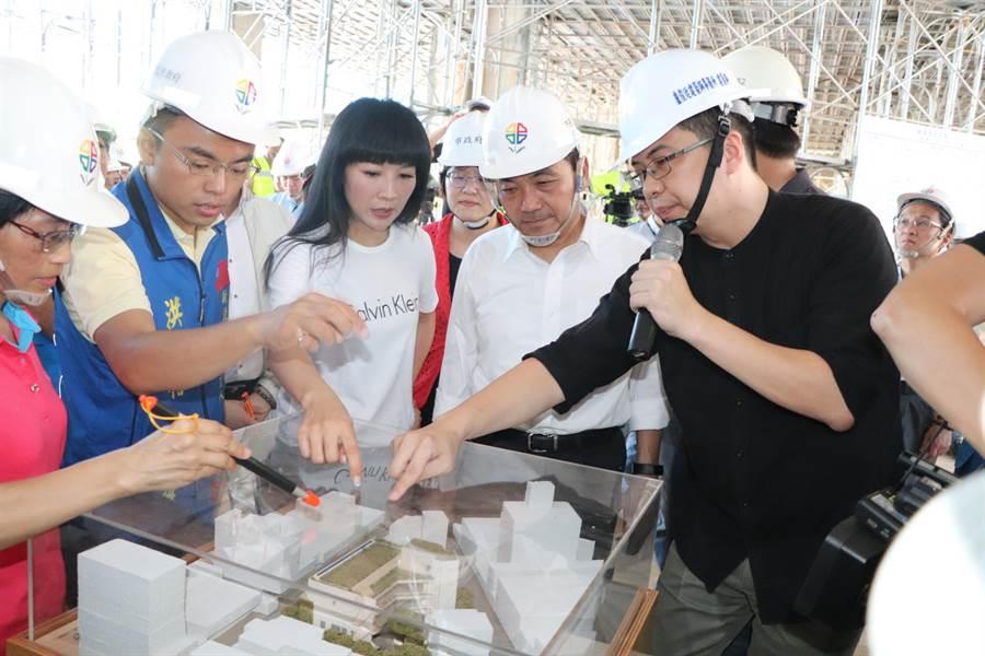 侯友宜今日上午視察林口市場新建工程。(吳亮賢攝)