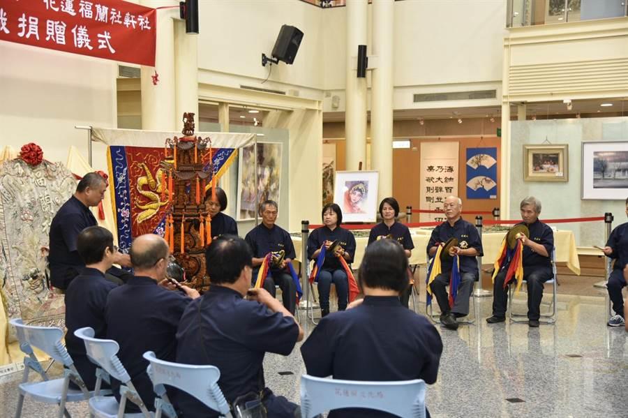 受贈現場請來花蓮社北管樂隊演出傳統樂曲,在北管樂襯托下,更能體會繡旗歷史意義與價值。(王昱凱攝)