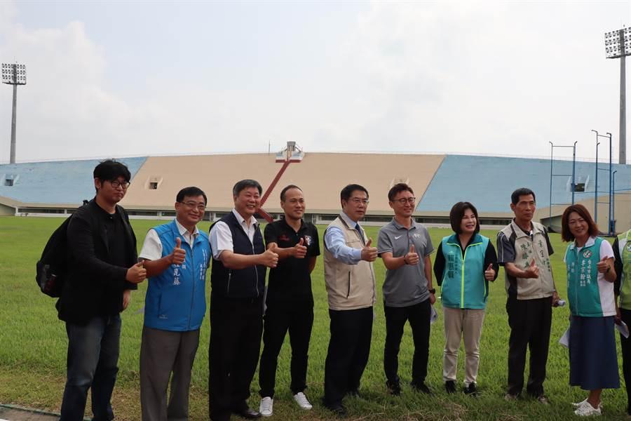 亞洲足球聯盟會勘新營體育場,台南市長黃偉哲(左五)親自帶隊接待解說。(劉秀芬攝)