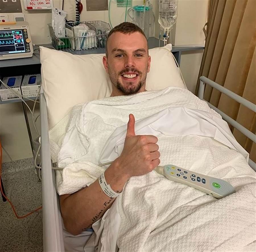 奧運金牌、澳洲游泳名將查莫斯的心臟第三次動刀,查莫斯在IG放了一張手術後的照片,舉起右手拇指,臉上帶著笑容,可見得手術非常成功。(摘自查莫斯IG)