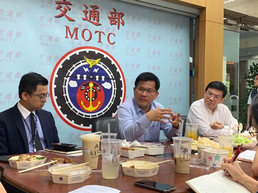 交通部長林佳龍(中)表示,將加速推動升格觀光署。(李宜秦攝)