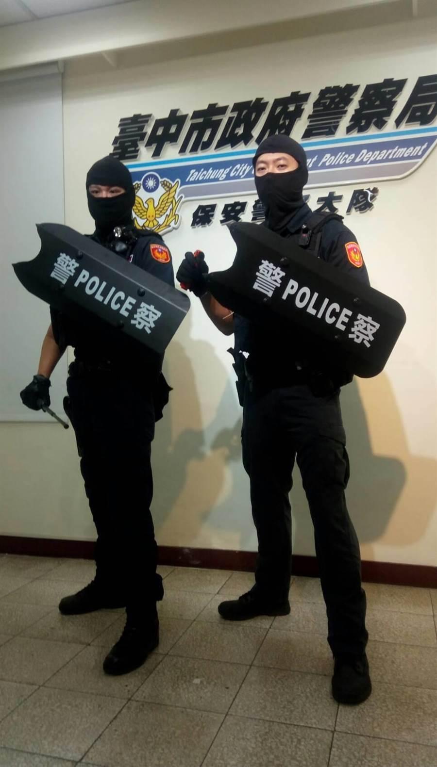 警界開始流行「防暴臂盾」,可放置於巡邏車、值班台、列車裡,強硬的鋼板有防刀砍、防打及破窗等功能。(張妍溱翻攝)