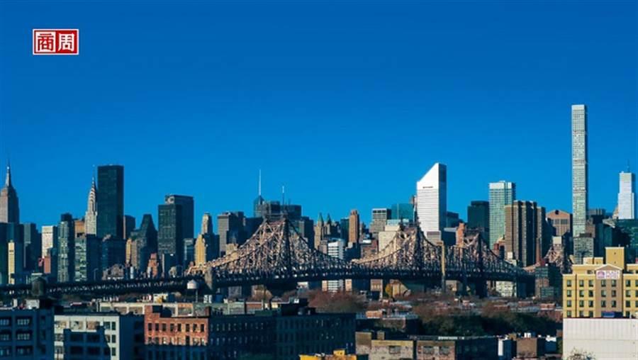 曼哈頓的天際線是許多人美國夢的源頭,近幾年紐約地產特殊的「上空權」(air-rights)和細小空地造就一幢幢更高聳而瘦長的摩天大樓。(攝影.張智強/商業周刊提供)