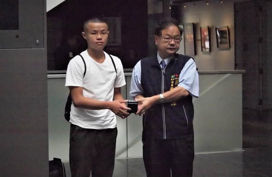台中市民政局長世瑋贈送迷彩電子錶,讓役男作為入營紀念,服役時也很實用。(盧金足攝)