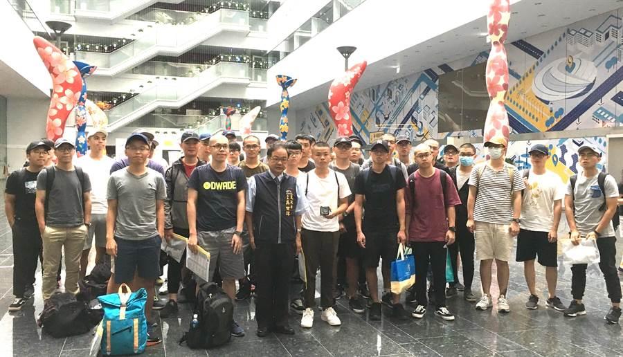 台中市29日共有32名空軍第61梯次役男們至市政大樓集合入營。(盧金足攝)