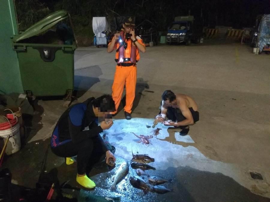 海巡查獲兩名男子趁著黑夜摸黑在保護區違規撈捕水產。(許家寧翻攝)