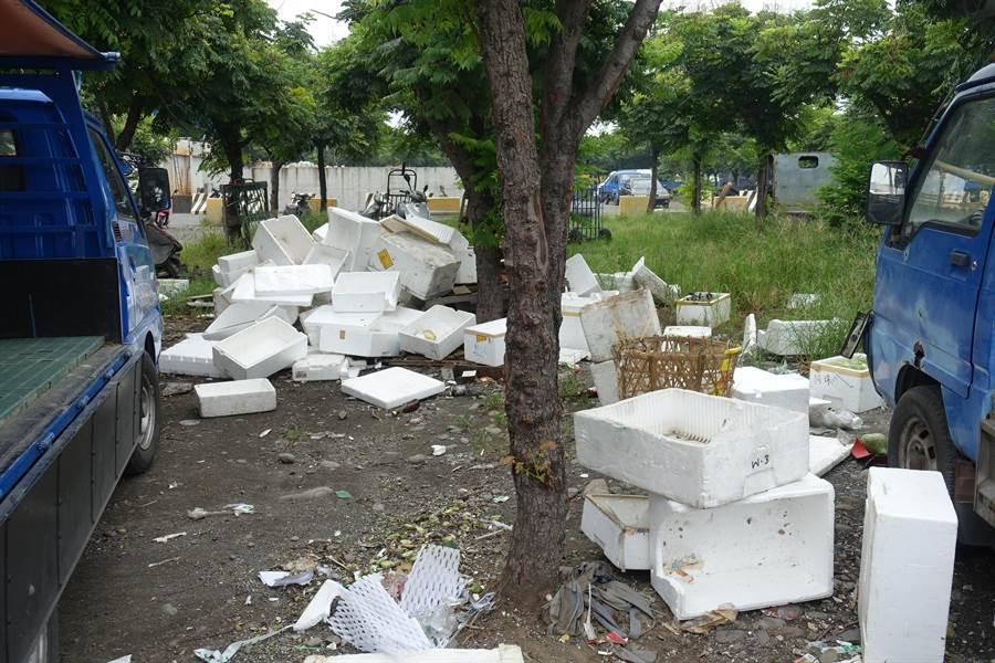 每天西螺果菜市場交易過後,保麗龍箱被丟得到處都是。(周麗蘭攝)