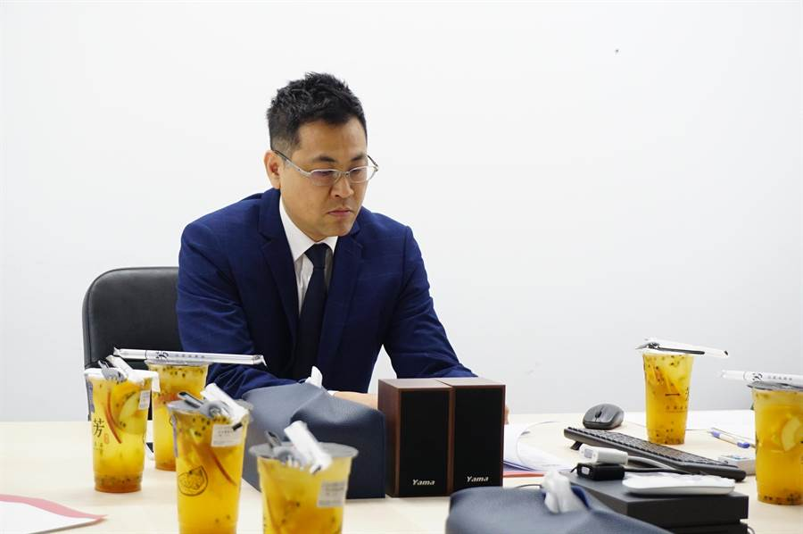 「一芳」总部墨力国际副总经理刘曜州出面辟谣。(王文吉摄)