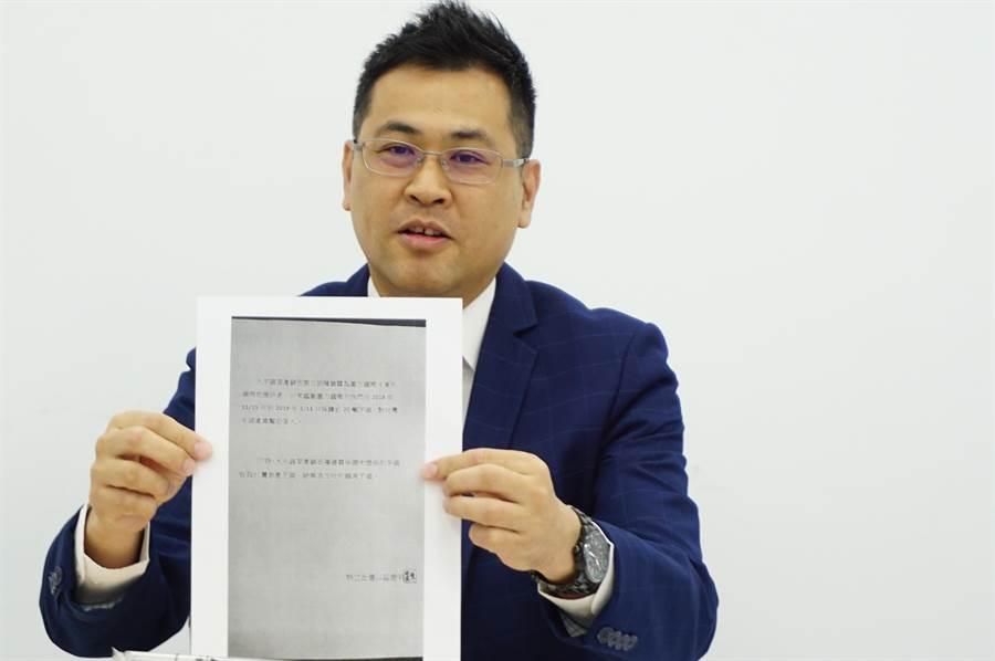 墨力国际副总经理刘曜州出示供应芋头的农民声明书,证明大甲有芋农契作,非网路上指称的越南芋头。(王文吉摄)