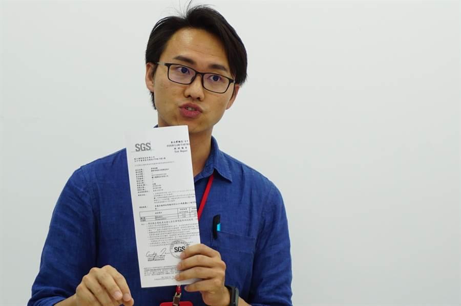 墨力国际品管经理王宏铭拿出检验报告,说明网路转传资料,遭有心人士刻意隐避关键检验数据。(王文吉摄)