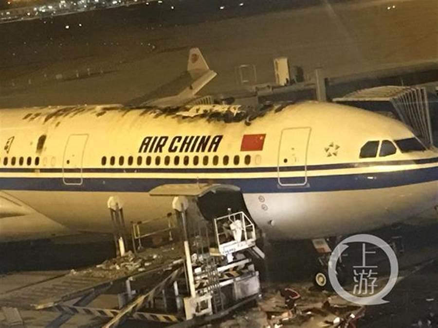 國航飛機機頭頂部隔框穿透性燒蝕。(圖/上游新聞)