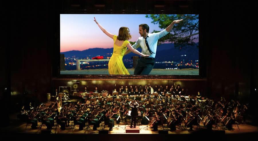 《樂來越愛你》電影交響音樂會三度來台演出,由作曲家賈斯汀.赫維玆親自領軍,展現原汁原味的爵士樂表演。(牛耳藝術提供)