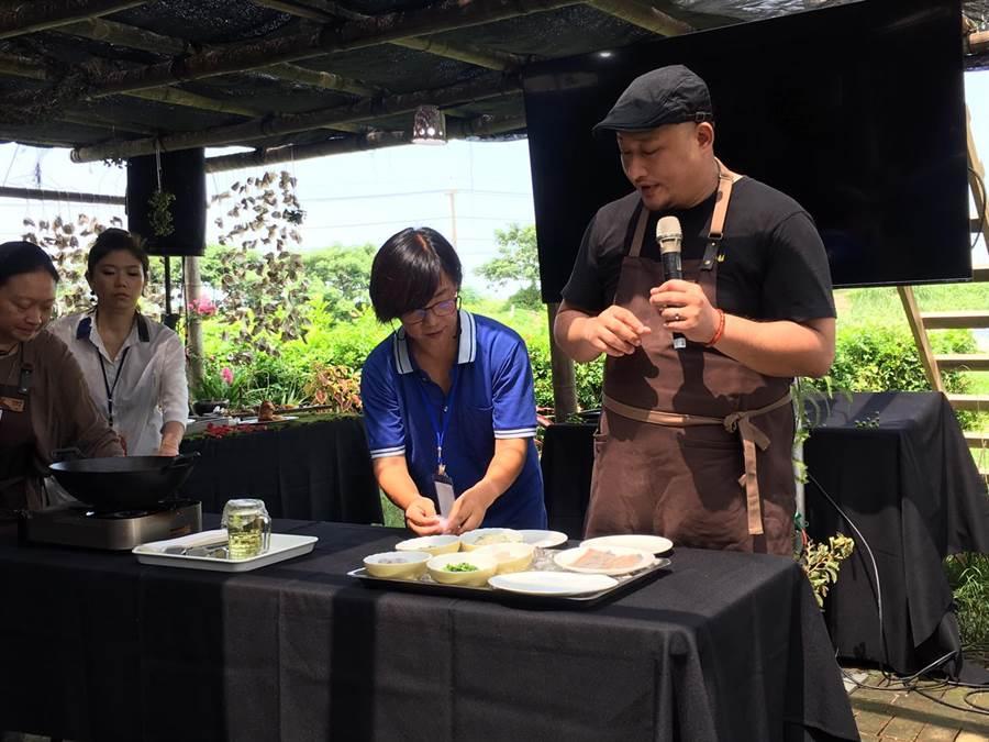 「一號島廚房」負責人李易晏(右)與嘉義縣鄉村永續發展協會理事長吳淑芳(左),現場示範如何製作創意美食「2.0版蚵卷」。(張亦惠攝)