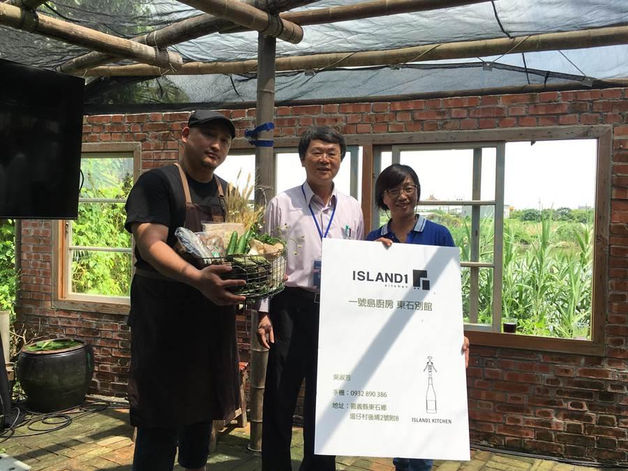 李易晏(左)決定在東石鄉設立一號島廚房分店,應用地方食材,並將新店名片交給吳淑芳(右),中為水保局長李鎮洋。(張亦惠攝)
