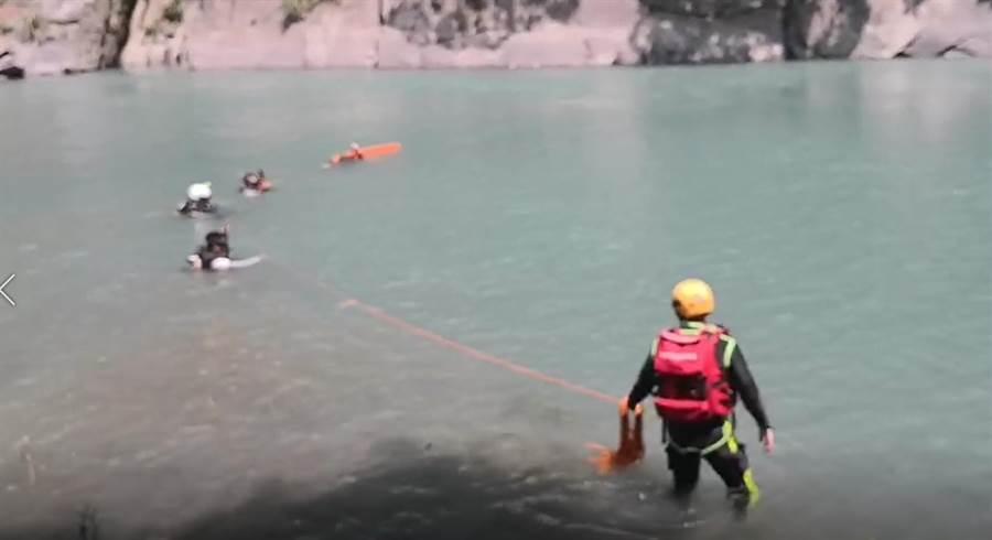 新北市消防局派出潛水人員下水搜救,仍未有所獲。(葉書宏翻攝)