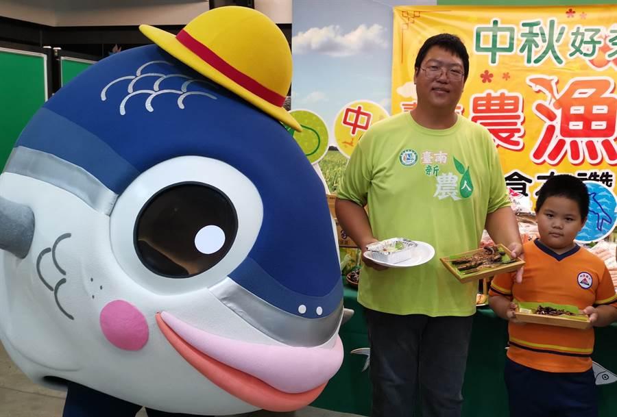 漁業養青蔡啟東(中)表示,虱目魚現正當令,除了魚頭其他部位都適合燒烤。(劉秀芬攝)