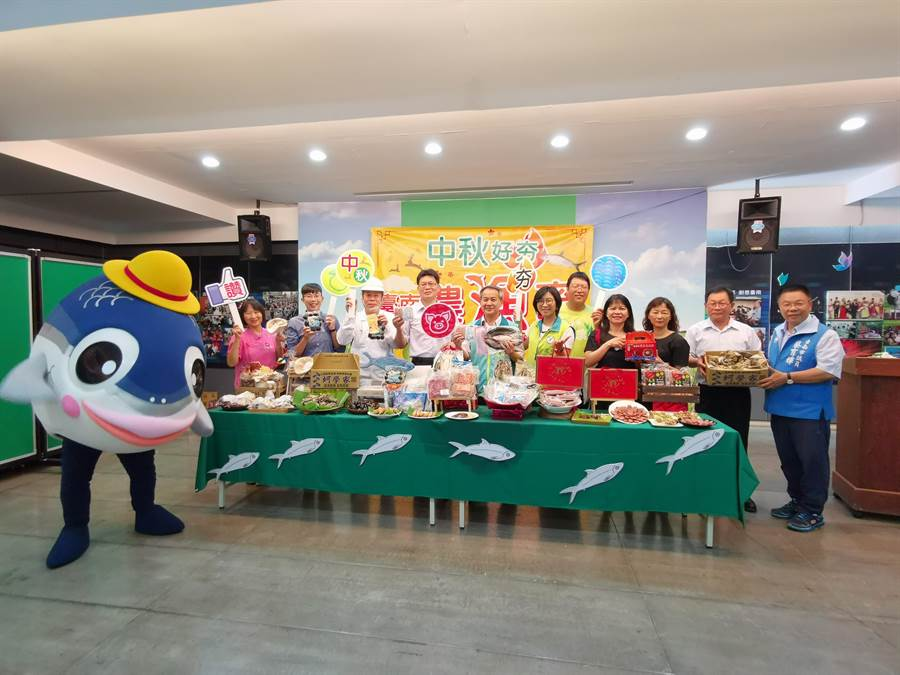 台南市農業局請出吉祥物「魚頭君」(左一),向民眾推薦台南市優質農漁畜產業所推出的各項秋節「好夯」獻禮。(劉秀芬攝)