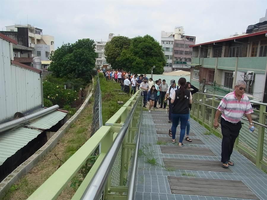 「天空之橋」生態工法區變混凝土,雲林縣政府會勘改善。(張朝欣攝)