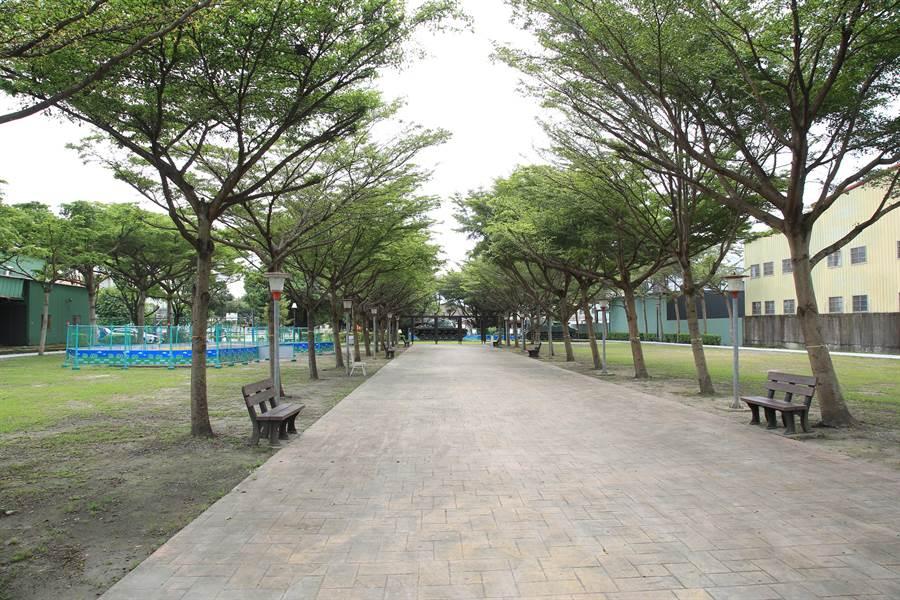 神岡區豐洲公園草木扶疏,步道將重新整平、加寬並設置無障礙斜坡道。(王文吉攝)