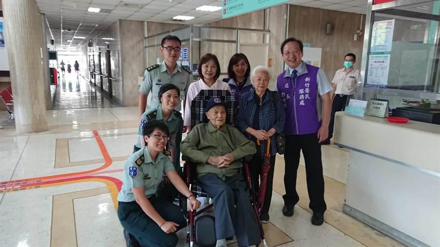 已滿百歲的鄭立軍將軍(中)29日在台北榮總新竹分院,與一群榮民、現役軍人提前慶祝軍人節及中秋節。(莊旻靜翻攝)