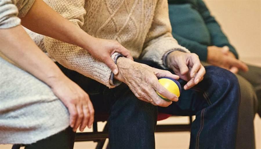 老老照顧日益普遍,適時提供協助管道,可減少遺憾發生。(圖/pixabay)