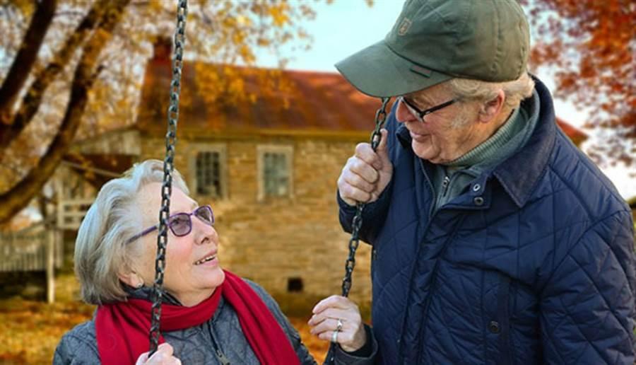 想辦法把長照資源送到需要的人手裡,可以從長輩較易接受方式,如改善物質條件下手。(圖/pixabay)