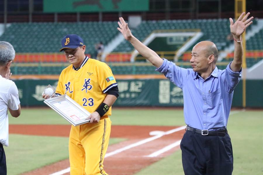 彭政閔在家鄉高雄的最終戰,賽前高雄市長韓國瑜特地頒贈榮譽市民證書以及簽名球。(中信兄弟提供)