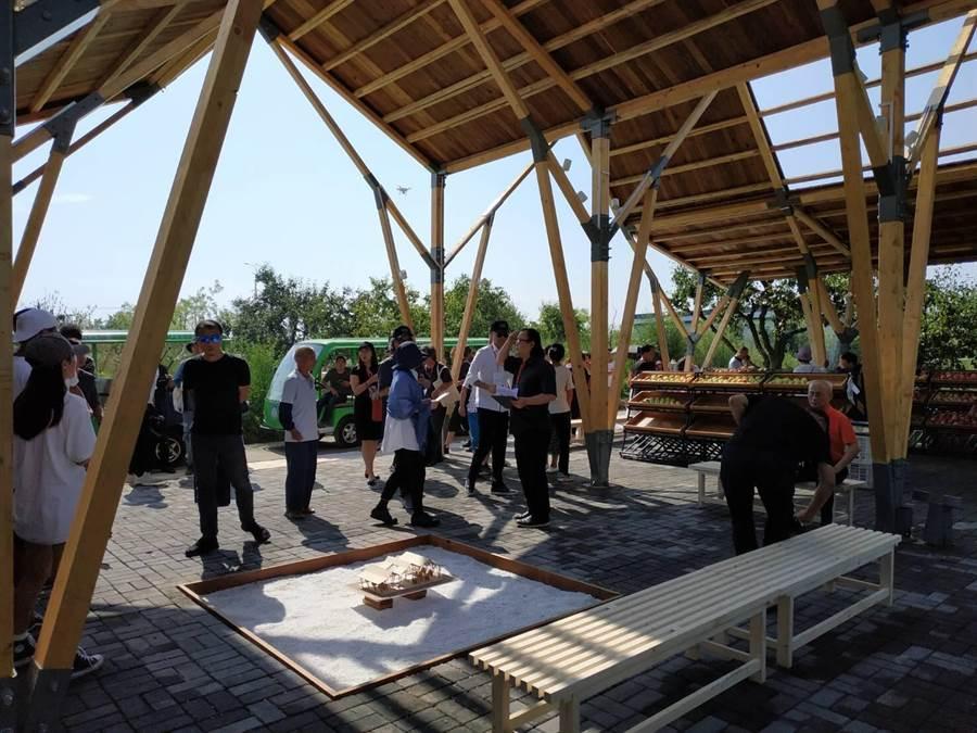 華夏科技大學師生與大陸安徽建築大學師生合作組隊,參加「2019 UIA-CBC國際高校建築大賽」榮獲15強佳績,設計於8月在大陸江蘇完成實體建造。(葉書宏翻攝)