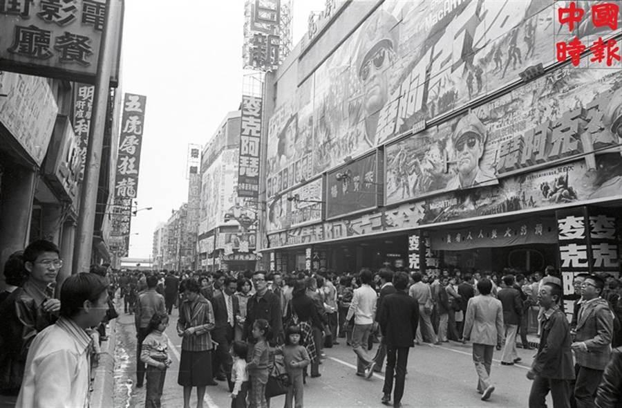 1978年的農曆新年,西門町武昌街的電影街人潮洶湧,擠滿了準備看電影的民眾。(本報資料照片)
