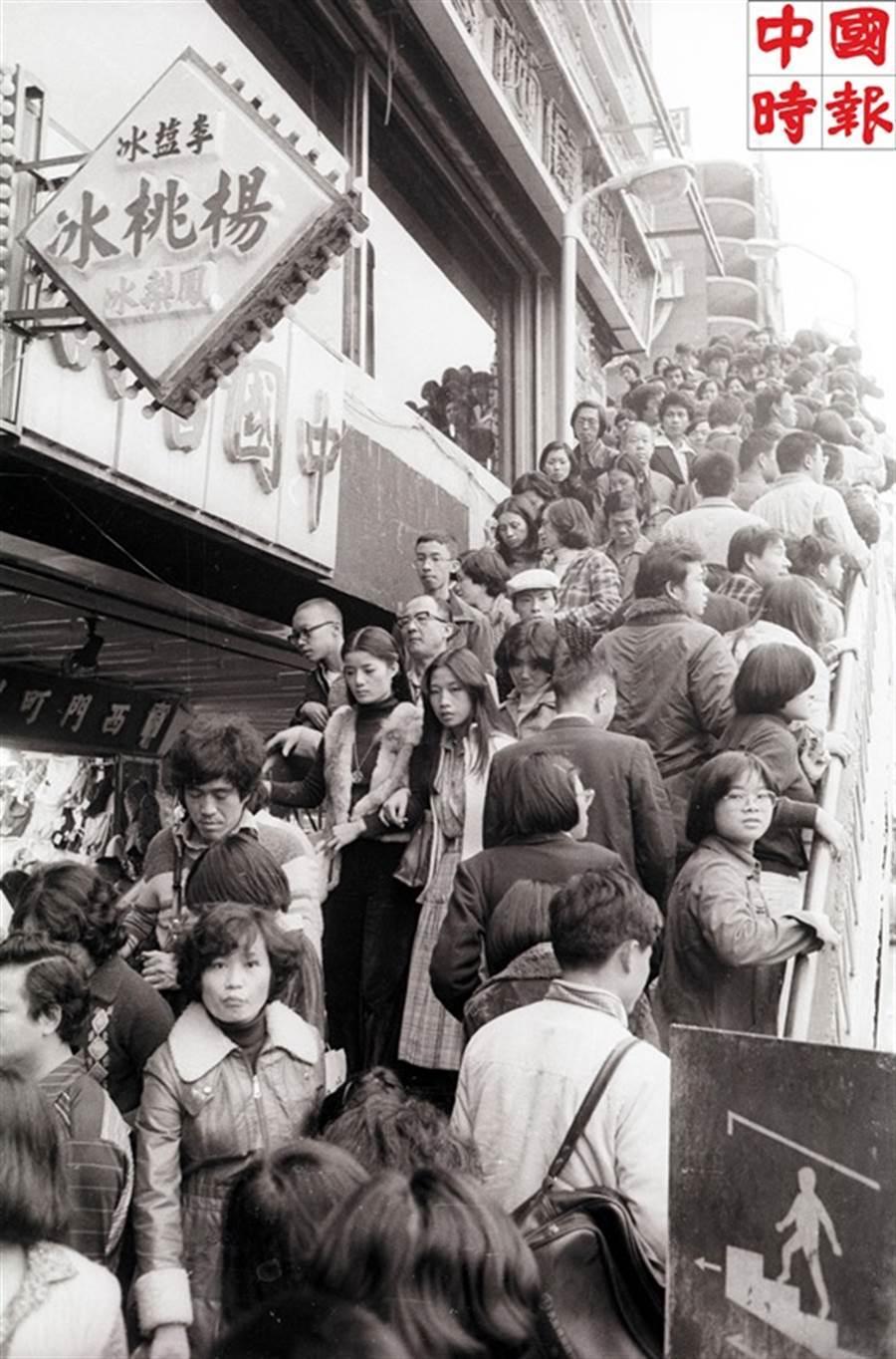 1979年的元旦,西門町老牌楊桃冰旁的陸橋上擠滿了出遊的民眾。(本報資料照片)