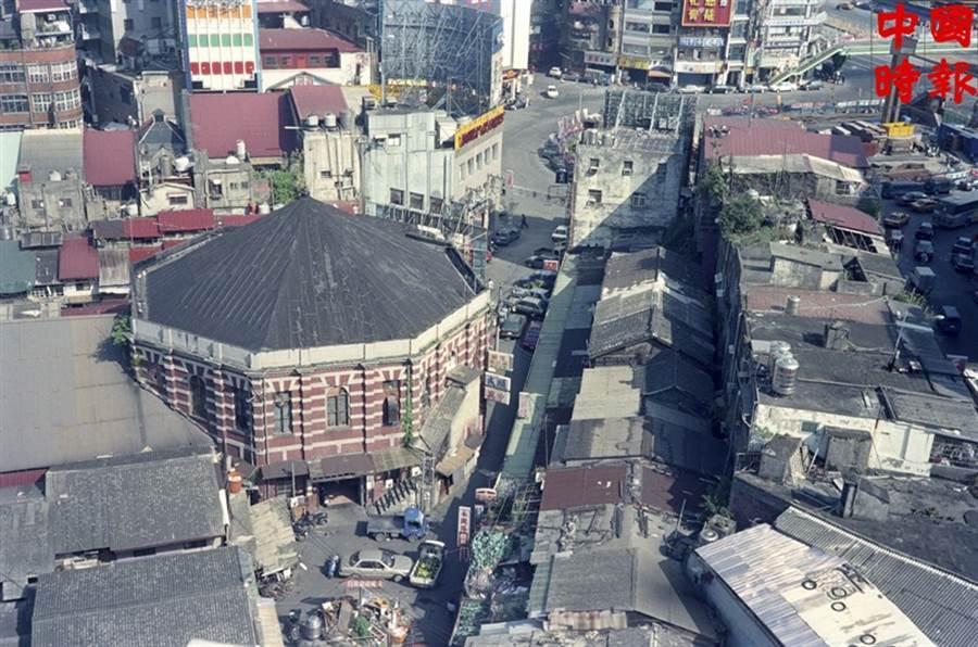 1994年的西門町的紅樓劇院。如今的紅樓是創意市集聚集地。(本報資料照片)