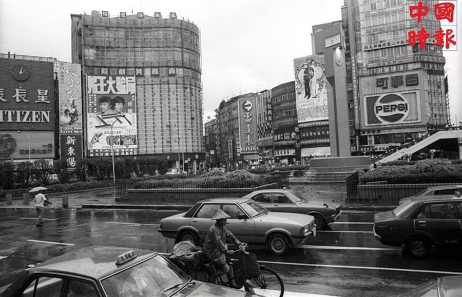 1980年西門町的入口意象,大幅電影及商業廣告和今日相距甚遠。(本報資料照片)