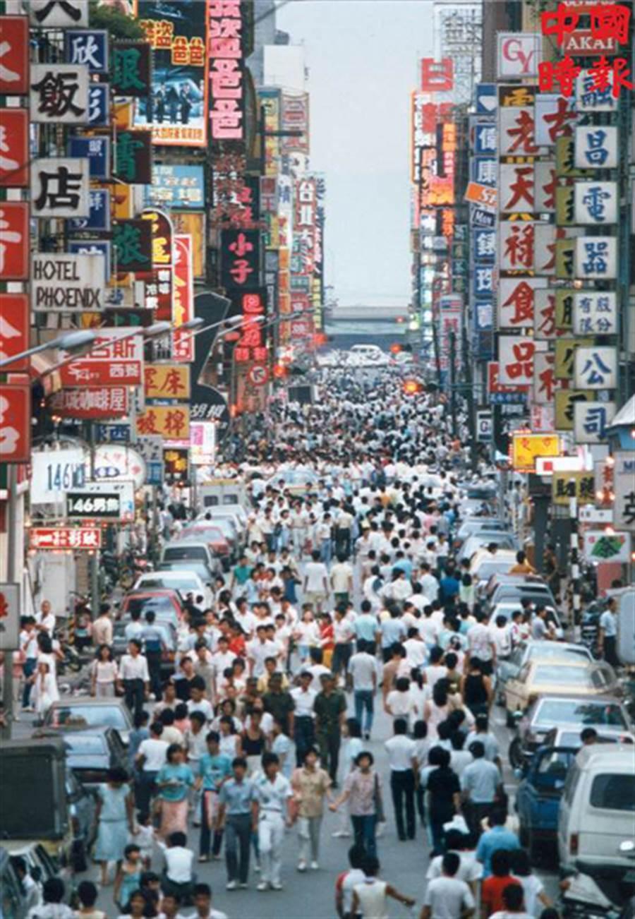 1986年的徒步區,滿滿的人潮和五顏六色的招牌,是西門町最繁盛的光景。(本報資料照片)