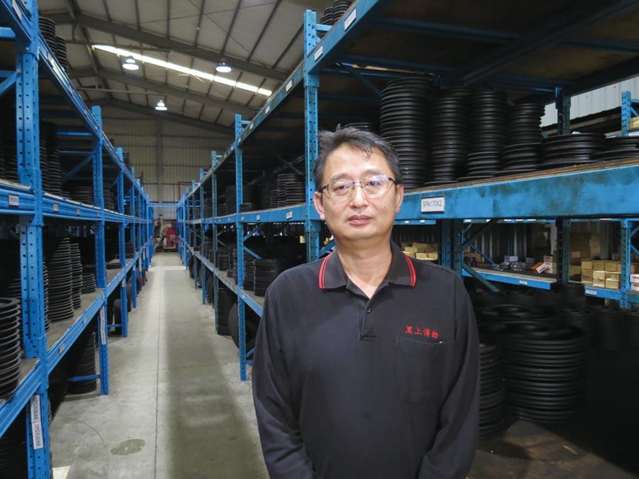 黑上傳動總經理龔祖望,其周邊為堆滿皮帶輪的公司倉儲。圖/傅秉祥