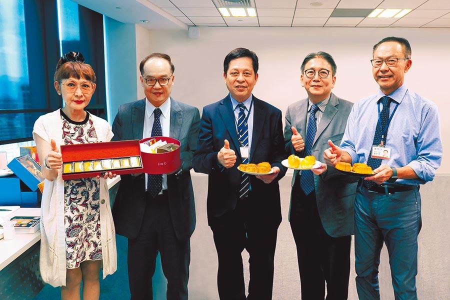 總經理徐雪芳(左起)、財務長湯治亞、營運長林彰豐、超市餐飲部協理陳佑任、企劃長劉志成。圖/業者提供