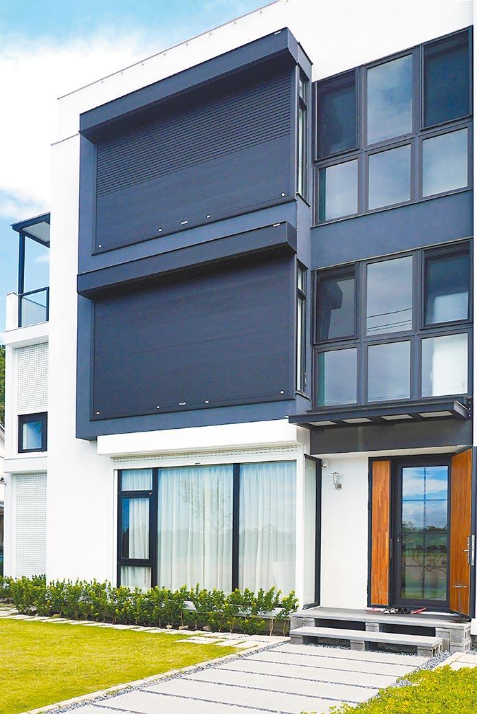 元誠捲窗的防颱T型鉤與防颱滑軌,最高能承受1,000公斤拉力,徹底強化捲窗防颱能力。圖/業者提供