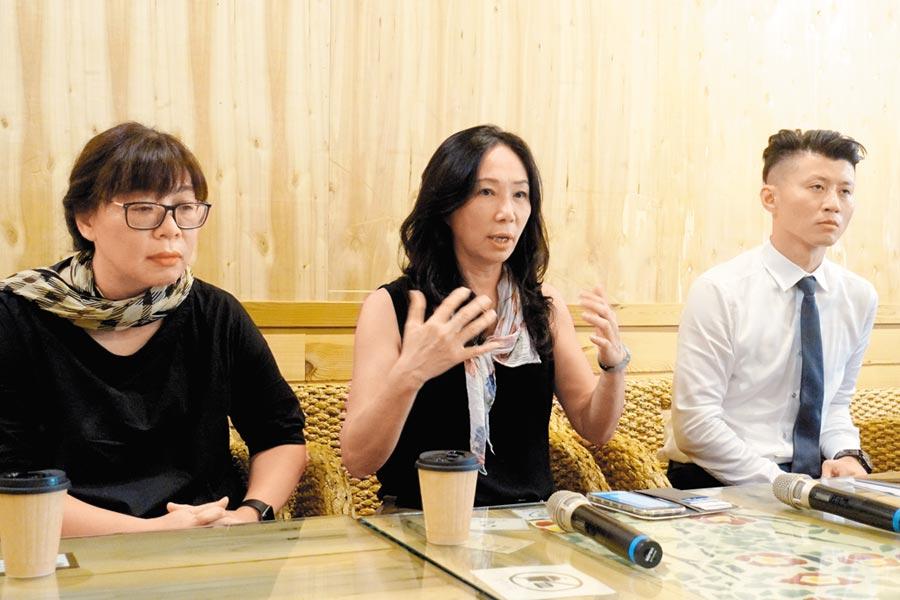 李佳芬(中)在兩名律師陪同下舉行記者會,說明農舍在8月初轉售,訴願是新屋主的要求,必須在時效內提出。(周麗蘭攝)