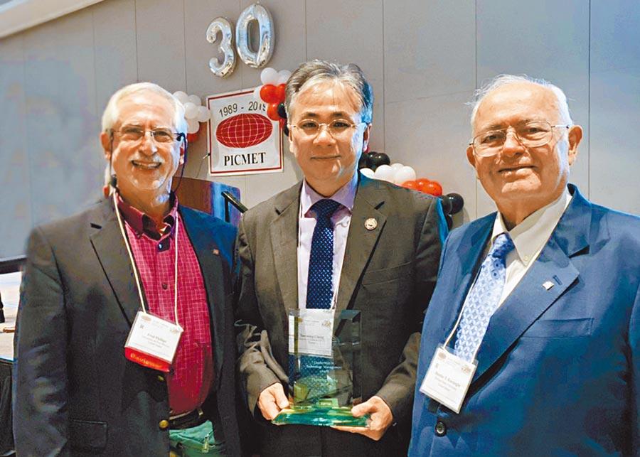 朝陽科大校長鄭道明(中)獲頒PICMET科技管理傑出領袖獎,與PICMET創辦人Professor Kocaoglu(右)合影。(林欣儀翻攝)