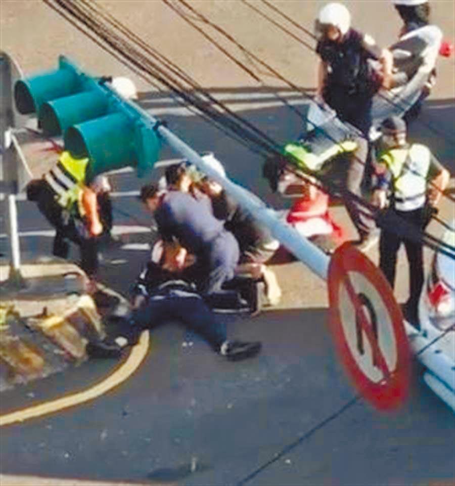 薛員倒地後,其他同事趕到替他CPR。(翻攝爆廢公社)