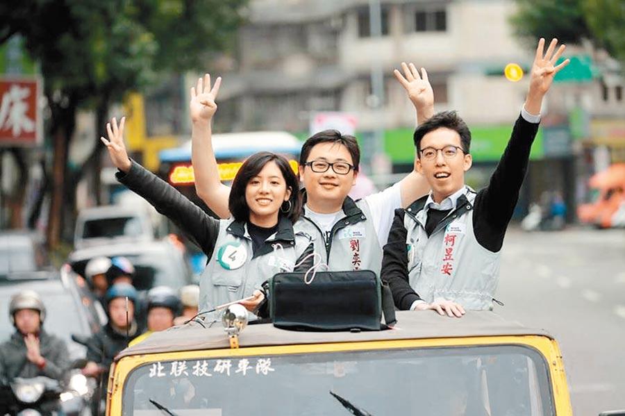 學姊黃瀞瑩近期將展開基層走訪行程,被視為替明年立委選戰欲做準備。圖為去年她替市長柯文哲輔選。(本報資料照片)