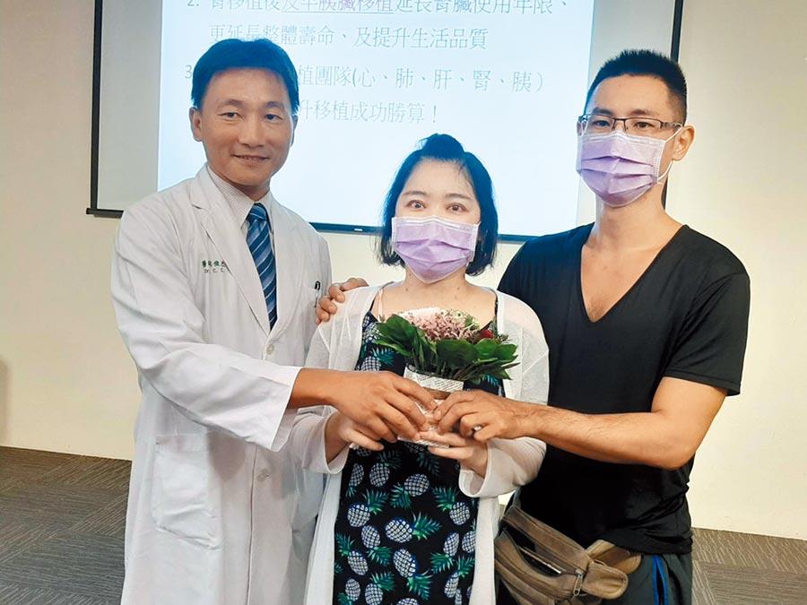 台中市35歲林姓女子(中)罹患糖尿病,因病危面臨生死關卡。去年在中國醫藥大學附設醫院一般外科主治醫師葉俊杰(左)建議下,獲得親妹捐腎與大愛者胰臟移植,重獲新生。(張妍溱攝)