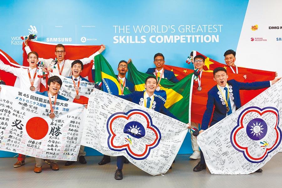 機電整合宋承勳(前右二)、闕伯陽(前右一)拿下國際金牌。(雲嘉南分署提供)